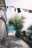 Secagem fresca da lavanderia na rua da cidade velha Foto de Stock Royalty Free