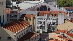 Secagem lavada da lavanderia na janela do prédio de apartamentos pequeno no coração de Portugal video estoque