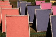 Secagem natural do papel feito a mão no sol Imagem de Stock