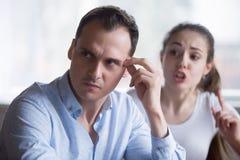 Seccatura della donna che parla marito infastidito durante la lotta fotografia stock libera da diritti