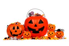 Secchi assortiti della caramella della lanterna di Halloween Jack o isolati su bianco Fotografia Stock Libera da Diritti
