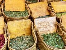 Secchi con varietà di spezie e di erbe medicinali immagine stock