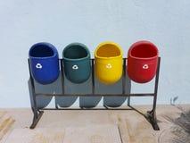 Secchi della spazzatura pubblici riciclabili colorati immagini stock
