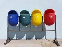 Secchi della spazzatura pubblici riciclabili colorati immagine stock libera da diritti
