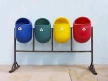 Secchi della spazzatura pubblici riciclabili colorati fotografie stock libere da diritti