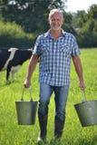 Secchi della tenuta dell'agricoltore Immagine Stock