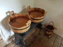 Secchi di legno riempiti di acqua sul banco fotografia stock
