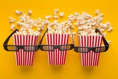 Secchi di popcorn su fondo giallo, vista superiore Immagini Stock Libere da Diritti