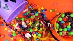 Secchi sopraelevati della presa-o-lanterna della caramella di scherzetto o dolcetto di Halloween fotografia stock libera da diritti
