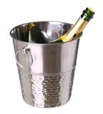 Secchiello del ghiaccio con la bottiglia del champagne isolata su bianco Fotografie Stock Libere da Diritti