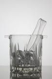 Secchiello del ghiaccio di vetro su fondo bianco Fotografie Stock