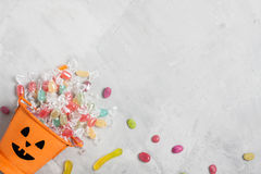 Secchio arancio di Halloween con le caramelle e le giuggiole Immagini Stock Libere da Diritti