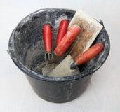 Secchio con gli strumenti della muratura Fotografia Stock