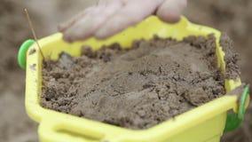 Secchio con la sabbia archivi video