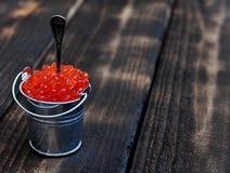 Secchio del caviale rosso Immagini Stock Libere da Diritti