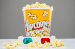 Secchio del popcorn e vetri 3d immagine stock libera da diritti