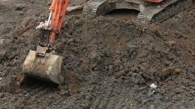 Secchio dell'escavatore che scava la terra archivi video