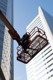 Secchio della raccoglitrice della ciliegia davanti ad un edificio per uffici moderno Fotografia Stock Libera da Diritti