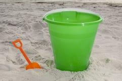 Secchio della sabbia alla spiaggia Immagine Stock