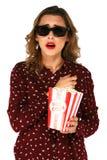 Secchio della tenuta della donna con popcorn ed il film di sorveglianza del successone in vetri stereo fotografia stock