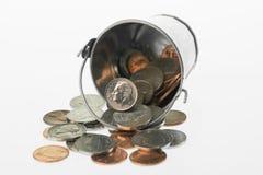 Secchio delle monete americane che si rovesciano fuori Fotografie Stock