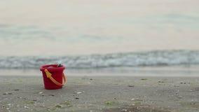 Secchio di Childs alla spiaggia stock footage