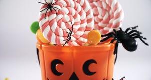 Secchio di Halloween riempito con la lecca-lecca 4k video d archivio