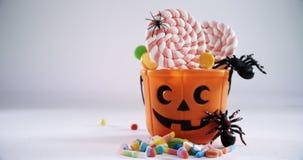 Secchio di Halloween riempito con la lecca-lecca 4k stock footage
