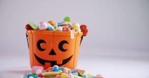 Secchio di Halloween riempito con le varie confetterie 4k video d archivio