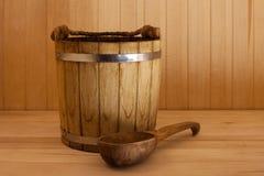 Secchio di legno con la siviera Immagini Stock