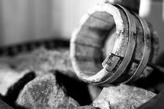 Secchio di legno per acqua fotografie stock