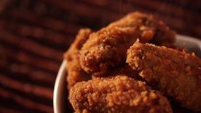 Secchio di rotazione in pieno di pollo fritto croccante con fumo su fondo marrone video d archivio