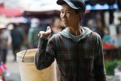 Secchio di trasporto della donna nel mercato vietnamita fotografia stock libera da diritti
