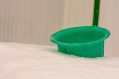 Secchio di verde del ` s dei bambini, che è stato riempito di neve nell'iarda Immagini Stock Libere da Diritti