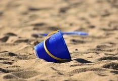 Secchio/secchio e vanga/pala sulla sabbia fotografia stock libera da diritti
