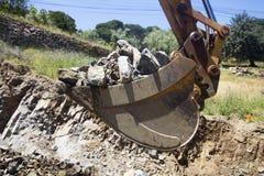 Secchio scavatore in pieno delle rocce Fotografia Stock Libera da Diritti