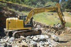 Secchio scavatore in pieno delle rocce Fotografia Stock