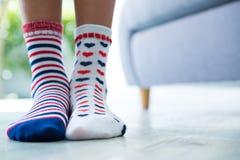 Sección baja de la muchacha que lleva calcetines modelados Imagenes de archivo