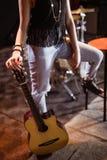 Sección baja de la mujer con la guitarra Fotos de archivo