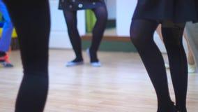 Sección baja de los bailarines que practican el sitio del ensayo almacen de metraje de vídeo