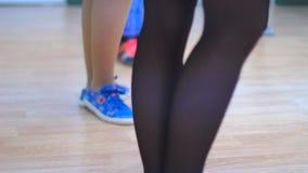 Sección baja de los bailarines que practican el sitio del ensayo almacen de video
