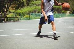 Sección baja del baloncesto practicante del adolescente masculino Imagenes de archivo