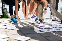 Sección baja del negocio Team Solving Crossword Puzzle Imágenes de archivo libres de regalías