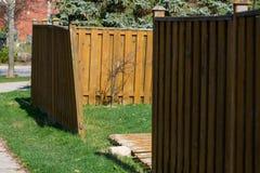 Sección dañada de una cerca de madera Imagen de archivo
