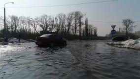 Sección de camino inundada con los coches almacen de metraje de vídeo
