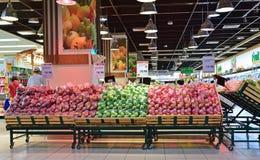 Sección de la fruta en supermercado en Asia Imagen de archivo libre de regalías