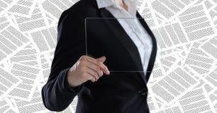 Sección de la mujer de negocios mediados de con el dispositivo de cristal contra el contexto de los documentos Fotos de archivo