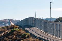 Sección de la pared de la frontera internacional entre San Diego/Tijuana fotografía de archivo libre de regalías