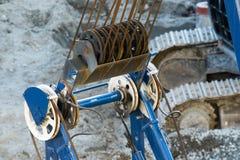 Sección de la polea de la grúa con los cables de acero Foto de archivo