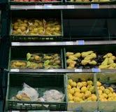 Sección de la verdulería en la tienda al por menor en Europa Verdulería - peras en supermercado local Imagen de archivo